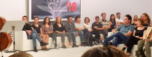 Warten auf die Verlosung: Auf dem Sofa hinten an der Wand sitzen die 14 Autorinnen und Autoren