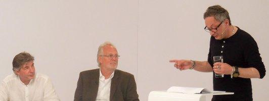 Feridun Zaimoglu bei seiner »Rede zur Literatur«. Stefan Gmünder und Jury-Vorsitzender Hubert Winkels (Mitte) hören zu.