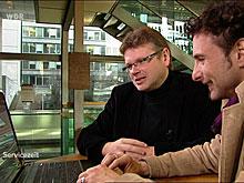 Wolfgang Tischer (l.) und Immo Mäueler begutachten die Angebote