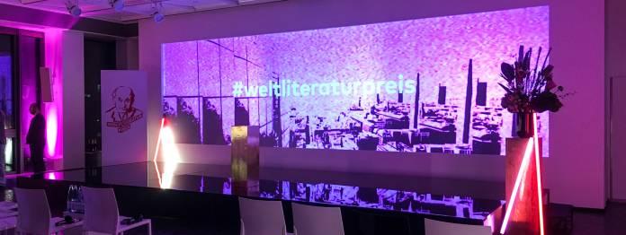 Rot und violett: Veranstaltungsaal im Springer-Hochhaus