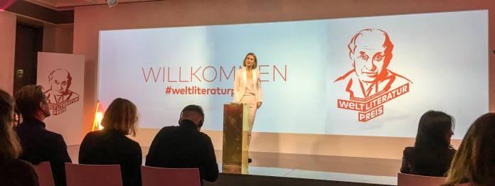 Ganz in Weiß: Mara Delius, Chefin der Literarischen Welt, begrüßt die Gäste beim WELT-Literaturpreis