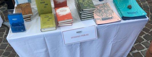 Jeder Verlag am Tisch. Hier der Guggolz Verlag. (Foto: Tischer)