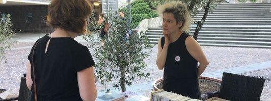 KOOKbooks-Verlegerin Daniela Seel an ihrem Stand vor dem Stuttgarter Literaturhaus (Foto: Tischer)