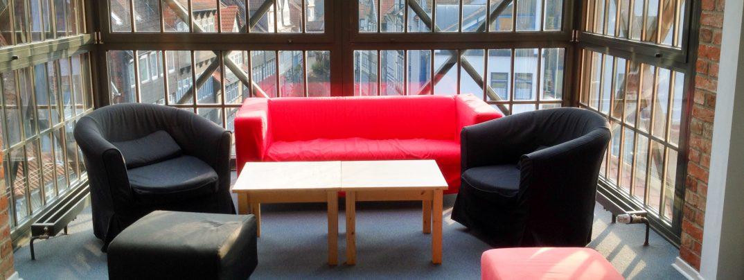 Sofa im Gästebereich der Bundesakademie für kulturelle Bildung Wolfenbüttel