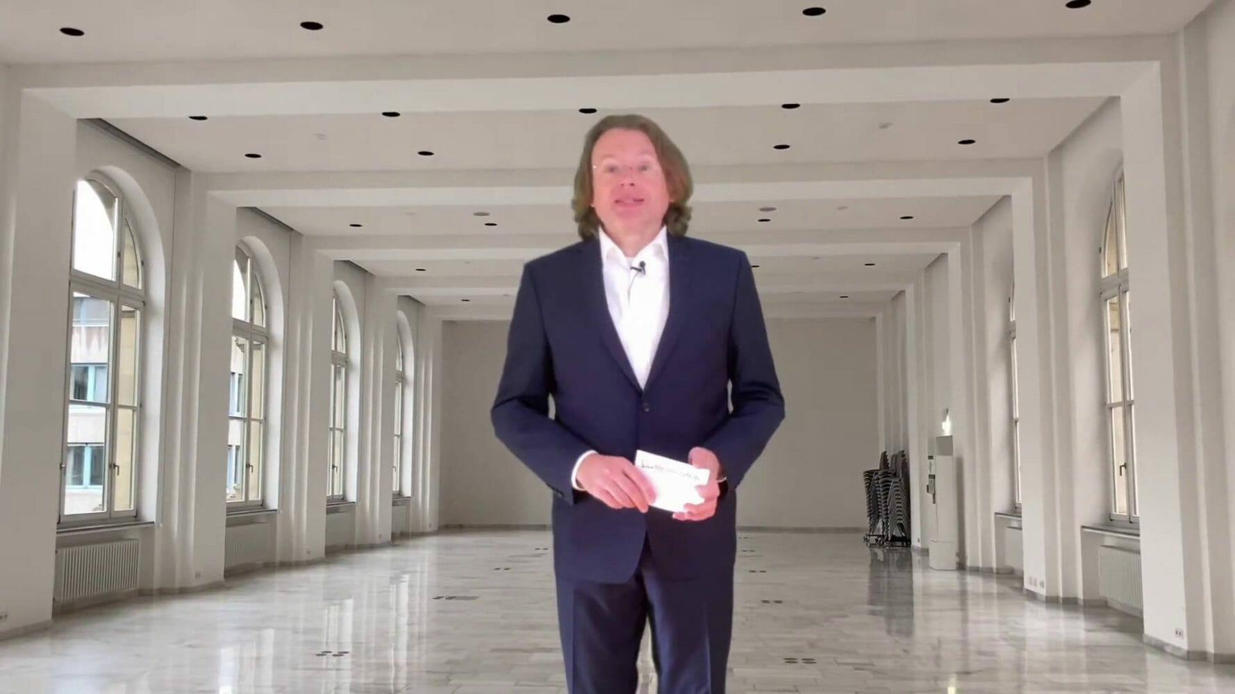 Anmoderation im Virtuellen: Wolfgang Tischer im leeren Max-Eyth-Saal des Stuttgarter Haus der Wirtschaft. Hier finden die Buchwochen normalerweise statt.