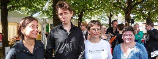 »Federwelt Preis der Automatischen Literaturkritik an Michael Fehr. Kathrin Passig (links) und Angela Leinen (rechts) kuratieren den Preis. Sandra Uschtrin hat mit ihrer Spende den Preis nach der Zeitschrift »Federwelt« benannt.