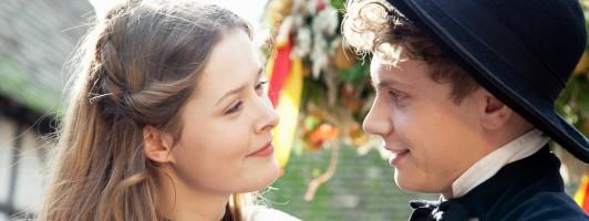Peter Munk (Rafael Gareisen) hat sich in Lisbeth (Laura Louisa Garde) verliebt. (Foto: ZDF/Sandra Bergemann)