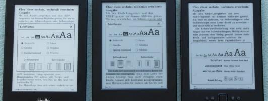 Mit seiner Beleuchtung hat der Kindle Paperwhite (links) ein deutlich weißeres Display als der aktuelle Kindle (Mitte) oder der Vorgänger (rechts).