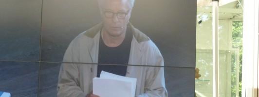 Richard Ford liest den Anfang von Canada und Frank. Die Lesung wird auf einer Leinwand auch nach draußen übertragen. (Foto: Jana Groß)