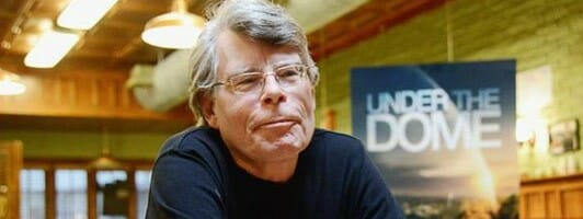 Stephen King in der Kulisse von »Under the Dome« (Foto: CBS)