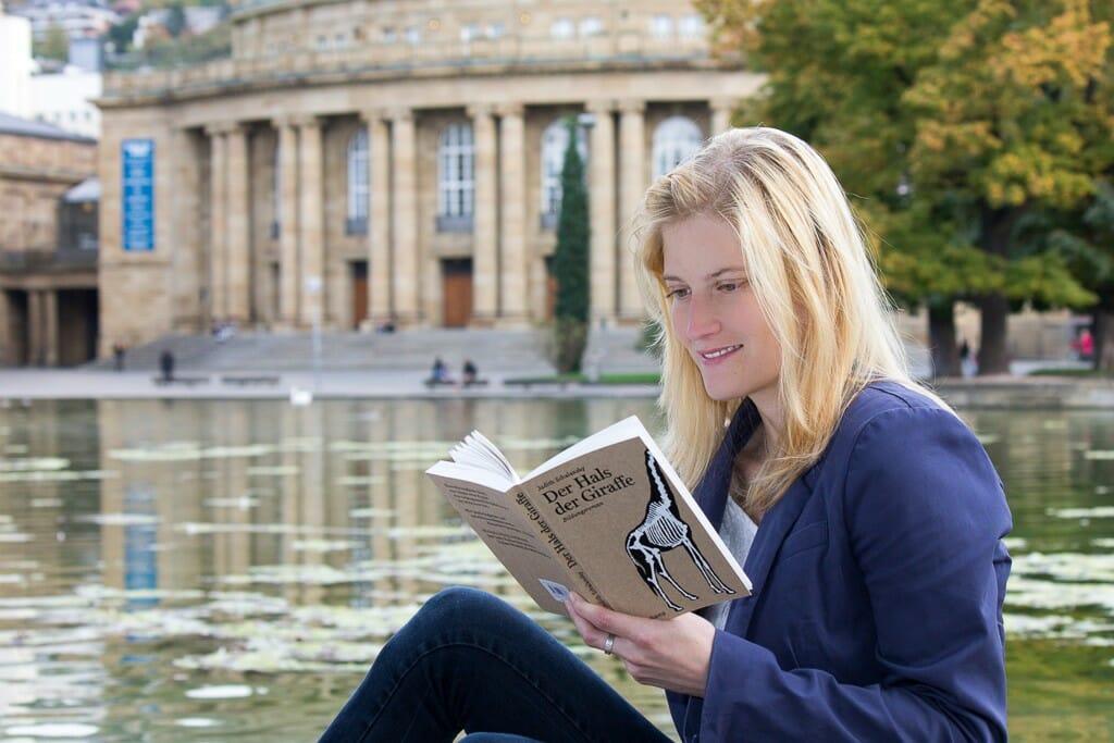 Leserin mit »Der Hals der Giraffe« vor der Stuttgarter Oper