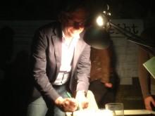 Alexander Wrabetz unterschreibt seinen #bbleibt-Zettel (Foto: Tischer)