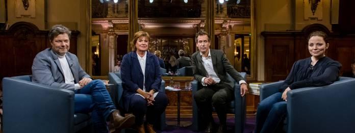 Aus der original Bildbeschreibung des ZDF: »Das Literarische Quartett«: Robert Habeck, Christine Westermann, Volker Weidermann, Thea Dorn sitzen auf blauen Ledersesseln und blicken freundlich in Richtung Kamera (Foto: ZDF/Svea Pietschmann)